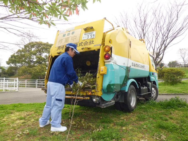 お手入れ時に生じる枝葉の処分を行います。 費用はお手入れの内容により変わります。