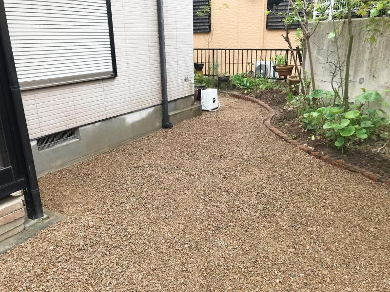 抜いても抜いてもまたすぐに生えてくる困った雑草…。 その対策として、きれいな砂利やレンガでお庭のイメージチェンジをいたします。